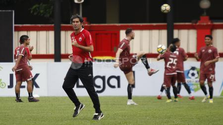 Pelatih Stefano Cugurra Teco berlari-lari kecil sebelum memimpin latihan Persija Jakarta. - INDOSPORT