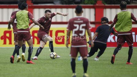 Marko Simic mencoba mencetak gol ke gawang Andritany.