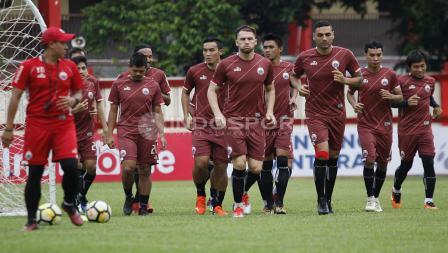 Para pemain Persija Jakarta melakukan jogging sebelum memulai latihan.