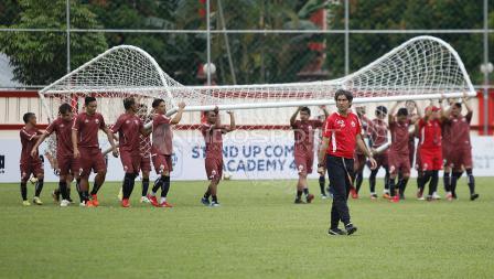 Para pemain Persija bersama-sama mengangkat gawang ke tengah lapangan.