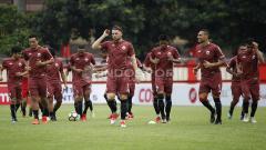 Indosport - Para pemain Persija Jakarta melakukan jogging sebelum memulai latihan.