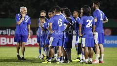 Indosport - Para pemain Persib Bandung sedang mendengarkan arahan pelatih Mario Gomez sebelum memulai latihan.