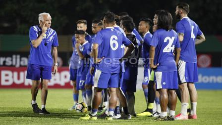 Para pemain Persib Bandung sedang mendengarkan arahan pelatih Mario Gomez sebelum memulai latihan.