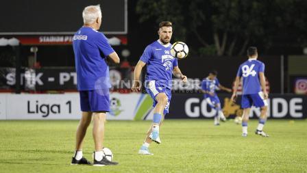 Jonathan Bauman unjuk kebolehan di depan pelatih Mario Gomez.