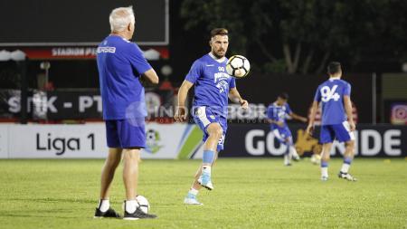 Jonathan Bauman unjuk kebolehan di depan pelatih Mario Gomez. - INDOSPORT