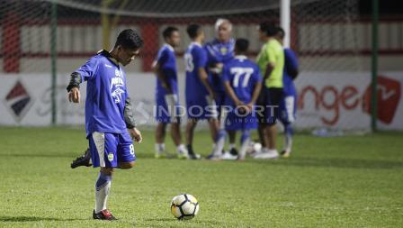 Pemain senior Persib, Eka Ramdani melakukan passing.
