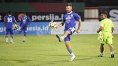Indosport - Jonathan Bauman mengontrol bola dalam latihan.