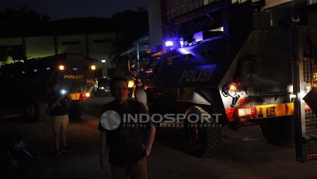 Panpel Persija, Arief Perdana Kusuma memantau saat tim Persib Bandung tiba di stadiom PTIK menggunakan rantis.