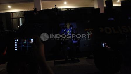 Pemain Persib Bandung tiba di stadion PTIK menggunakan rantis.