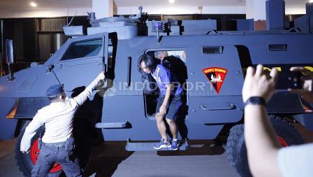 Hariyono turun dari kendaraan rantis saat tiba di stadion PTIK.