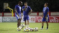 Indosport - Ki-ka: Victor Igbonefo, Bojan Malisic, dan Oh In Kyun berbincang sebelum memulai latihan.