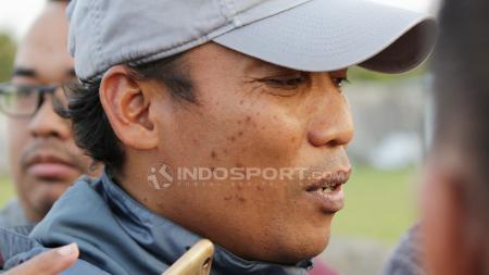 Asisten pelatih Timnas U-19 Miftahul, usai memimpin latihan di Lapangan Jenggolo. Jumat (29/06/18) lalu. - INDOSPORT