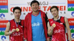 Asisten pelatih Kevin/Marcus, Aryono Miranat (tengah).