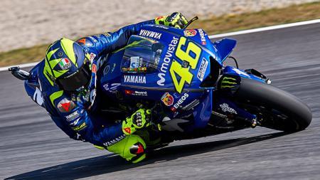 Pembalap MotoGP, Valentino Rossi saat berada di lintasan balap. - INDOSPORT