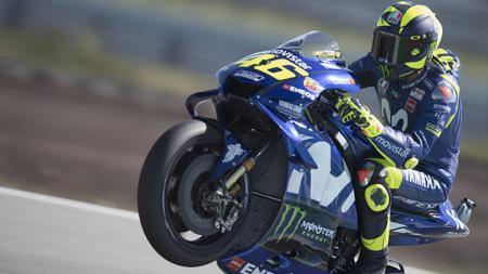 Selebrasi Valentino Rossi saat melewati garis finis. - INDOSPORT