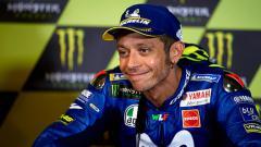 Indosport - Pembalap MotoGP, Valentino Rossi saat berada dalam wawancara konferensi pers.