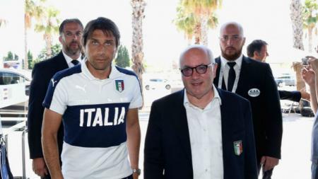 Antonio Conte dan Carlo Tavecchio saat keduanya masih di Timnas Italia. - INDOSPORT