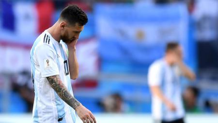Lionel Messi tampak tertunduk lesu dalam sebuah pertandigan bersama Timnas Argentina. - INDOSPORT