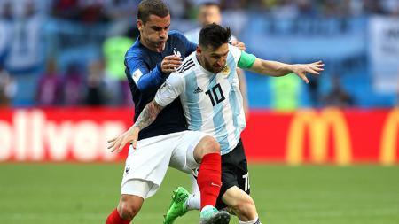 Barcelona dikabarkan merasa cemas akibat masih renggangnya hubungan antara Lionel Messi dan Antoine Griezmann. - INDOSPORT