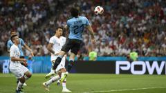 Indosport - Edinson Cavani saat mencetak gol ke gawang Portugal.