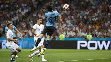 Edinson Cavani saat mencetak gol ke gawang Portugal di Piala Dunia 2018. - INDOSPORT