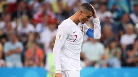 Cristiano Ronaldo kesal tertunduk lesu karena gagal membawa negaranya ke babak selanjutnya. - INDOSPORT