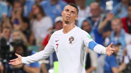 Cristiano Ronaldo saat beragumen kepada wasit pada laga saat melawan Uruguay. - INDOSPORT