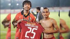 Indosport - Rian d'Masiv mendapat jersey dari Riko Simanjuntak sehabis laga Persija vs Persib