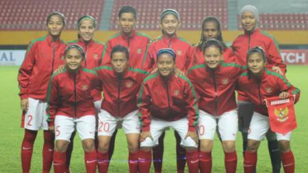 Skuat Timnas Wanita Indonesia sebelum bertanding di Piala AFF 2018. - INDOSPORT