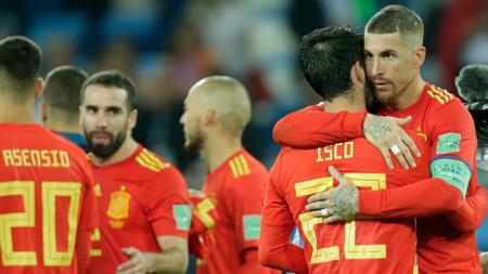 Sergio Ramos memeluk Isco dalam laga Piala Dunia 2018 antara Spanyol vs Maroko. - INDOSPORT