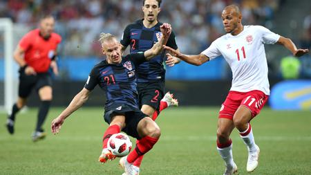 Pemain Kroasia dan Denmark berebut penguasaan bola. - INDOSPORT