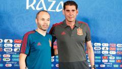 Indosport - Andres Iniesta dan Fernando Hierro.