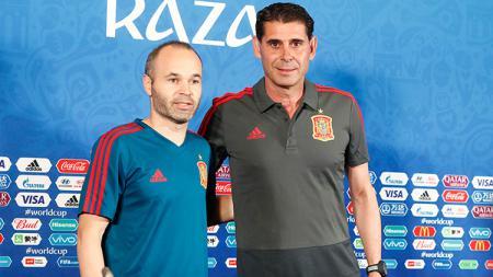Andres Iniesta dan Fernando Hierro. - INDOSPORT
