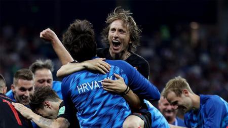 Luka Modric merayakan keberhasilan Kroasia yang lolos ke 8 besar Piala Dunia 2018. - INDOSPORT