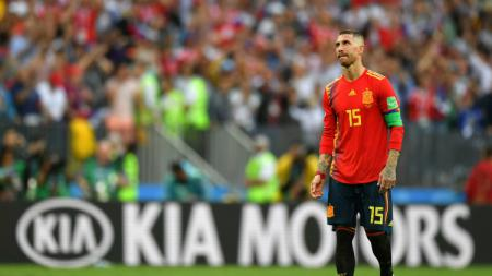 Kapten Timnas Spanyol, Sergio Ramos meratapi negaranya tersingkir dari Piala Dunia 2018. - INDOSPORT