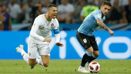 Lucas Torreira (kanan) memenangkan duel dengan Cristiano Ronaldo dalam laga Uruguay vs Portugal. - INDOSPORT