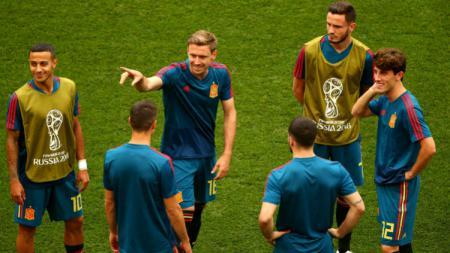 Timnas Spanyol saat pemanasan di atas lapangan jelang laga menghadapi Rusia. - INDOSPORT