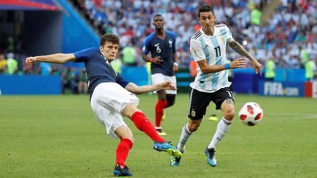 Benjamin Pavard mencetak gol dengan tendangan voli ketika mengalahkan Argentina, Sabtu (30/06/18) - INDOSPORT