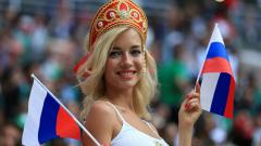 Indosport - Natalya Nemchinova, bintang porno Rusia yang menonton langsung di stadion
