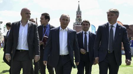 Alexey Sorokin (kanan), Vladimir Putin, dan Gianni Infantino (kiri) - INDOSPORT