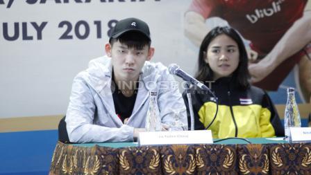 Pemaim ganda putra China, Liu Yuchen saat menjawab pertanyaan wartawan.