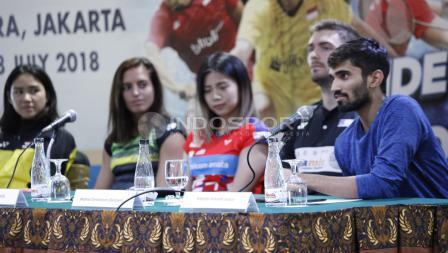Pemain tunggal putra India, Kidambi Srikanth (kanan) saat menjawab pertanyaan wartawan.