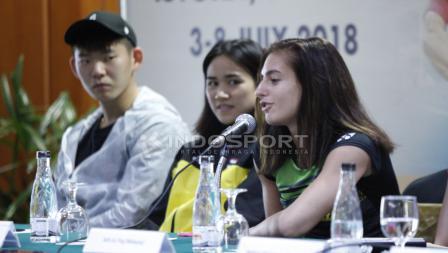 Pemain tunggal putri Bulgaria, Stefani Stoeva (kanan) saat menjawab pertanyaan wartawan.
