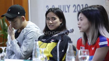 Pemain ganda campuran Malaysia, Goh Liu Ying (kanan) saat menjawab pertanyaan wartawan.