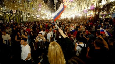 Fans Rusia merayakan kemenangan atas Spanyol di Kota Moscow. - INDOSPORT