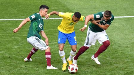 Neymar diapit dua pemain Meksiko. - INDOSPORT
