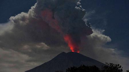 Gunung Agung di Bali mengalami erupsi, Senin (02/07/18). - INDOSPORT