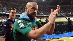 Indosport - Pepe Reina saat masih berseragam Napoli.