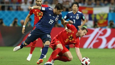 Jan Vertonghen berduel dengan pemain Jepang untuk tetap menguasai bola. - INDOSPORT