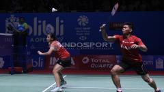 Indosport - Wakil Indonesia, Praveen Jordan/Melati Daeva Oktavianti, lolos ke babak kedua kejuaraan bulu tangkis Denmark Open 2019 setelah menyingkirkan pasangan Inggris.